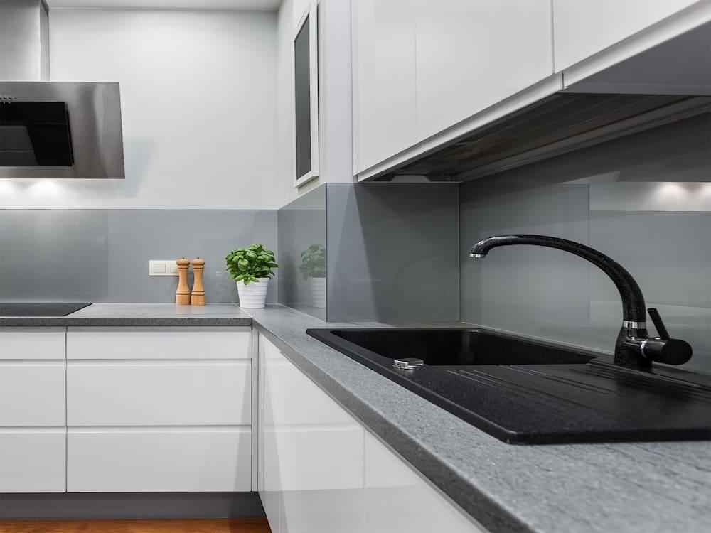 biała kuchnia z szarym blatem