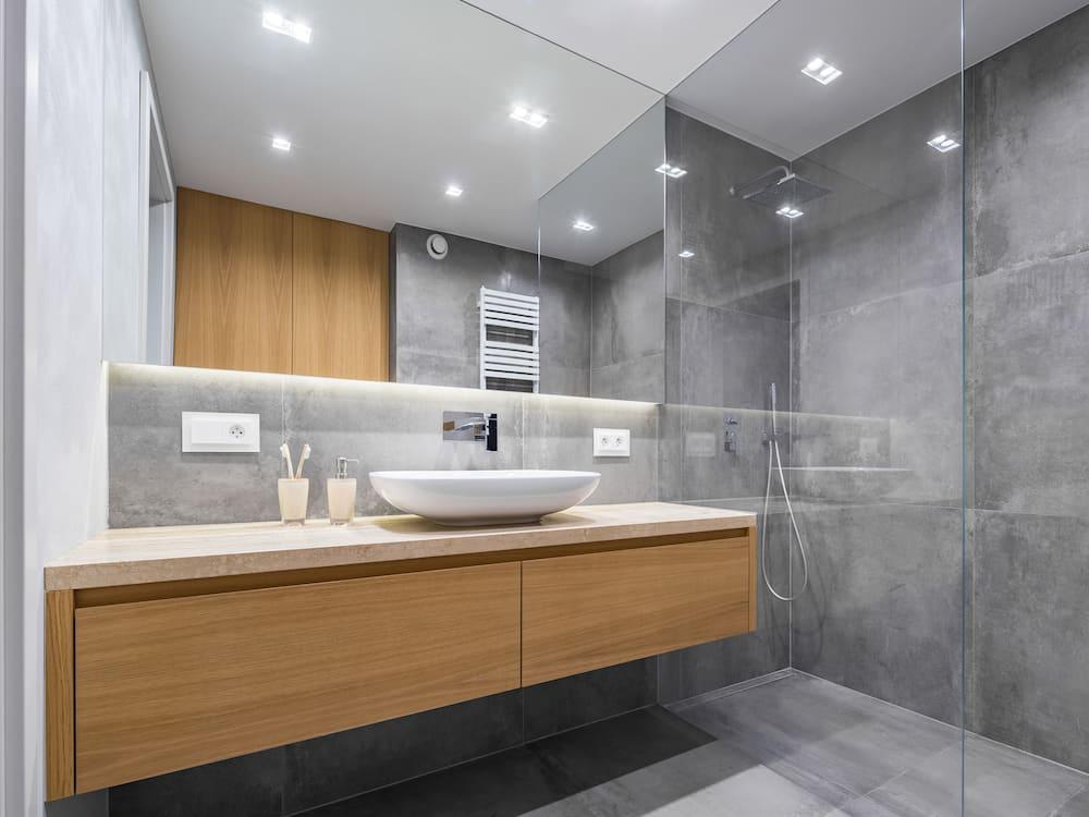 szara łazienka z lustrem