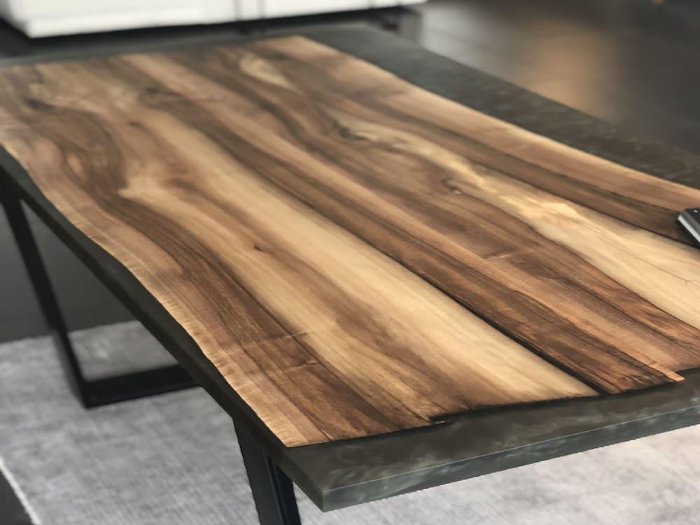 Drewniany stół z żywicą